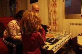 las niñas que están aprendiendo a jugar al Catán en esta foto son mis vecinas del pueblo, donde paso las Navidades siempre que puedo. Y como en dos días llegarán los Reyes, voy a contaros algunas preguntas que me han ido haciendo estos días sobre kendo, iaido, katanas y más cosas