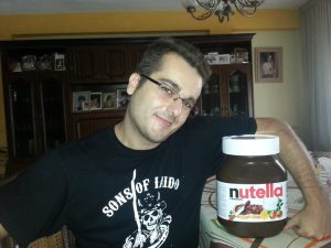 Javier Villa, campeon de iaido y comer nutella, luciendo orgulloso la camiseta Sons of Iaido Valencia, diseño de la katana dislexica, camisetas de kendo y iaido